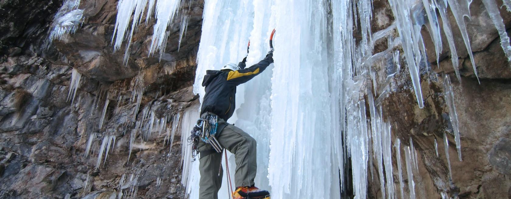 Arrampicatore su cascata di ghiaccio Val Daone